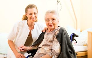 Jak opiekować się osobą starszą - poradnik dla opiekunek