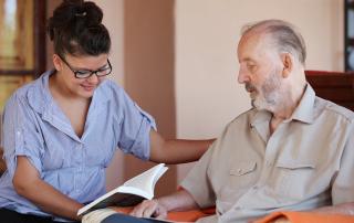 Opiekunka osób starszych może być animatorem.